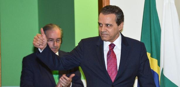 16.abr.2015 - Henrique Eduardo Alves (PMDB-RN) toma posse como ministro do Turismo, com Eduardo Cunha (PMDB-RJ) ao fundo