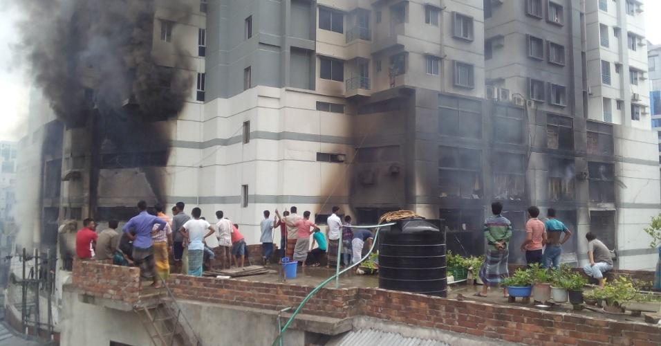 29.jun.2016 - Moradores observam os danos causados por incêndio de grande proporção em complexo residencial em Dacca, capital de Bangladesh. Até o momento não há informações de vítimas, nem o que teria causado o incêndio, de acordo com as autoridades locais