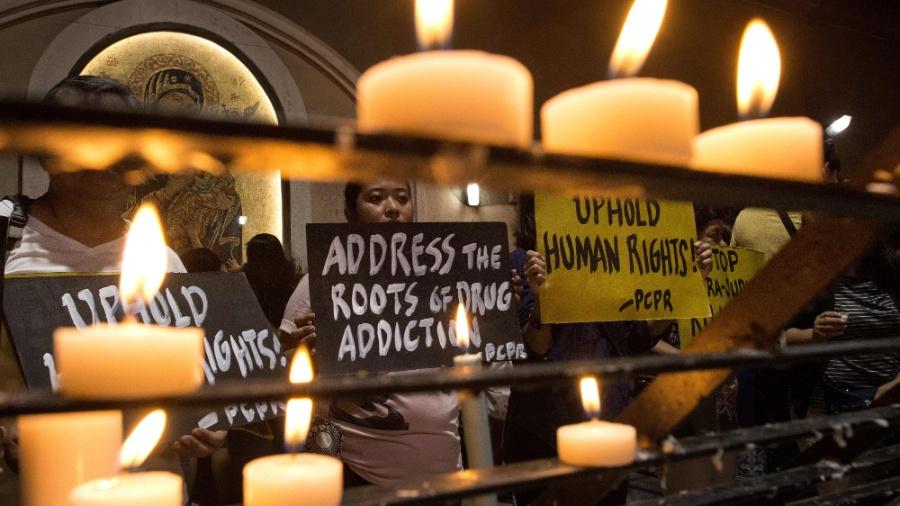 10.ago.2016 - Defensores dos direitos humanos se reuniram na igreja da cidade de Paranaque, em Manila, nas Filipinas, para protestar contra a medida extrema antidrogas adotada pela presidente Rodrigo Duterte - Noel Celis/ AFP
