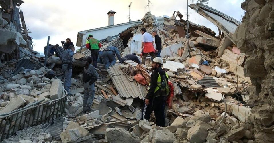 24.ago.2016 - Equipe de emergência trabalha em edifício completamente destruído por terremoto no centro da Itália