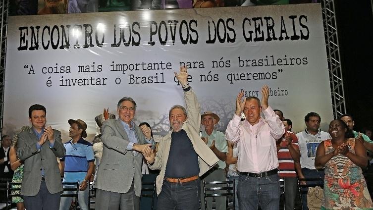Ao lado de Fernando Pimentel (esq.), o presidente Luiz Inácio Lula da Silva (PT) participa de evento em Montes Claros (MG) em 2015
