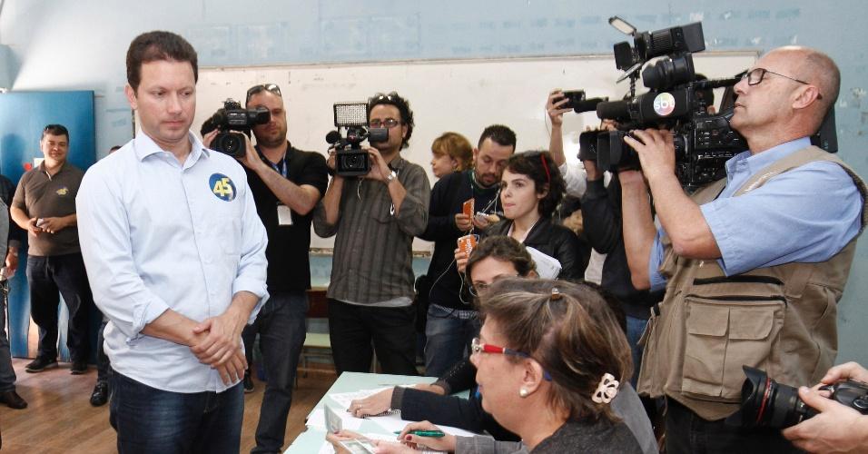 2.out.2016 - O candidato a prefeitura de Porto Alegre pelo PP, Nelson Marchezan, vota na Escola Estadual Duque de Caxias, na manhã deste domingo (2)