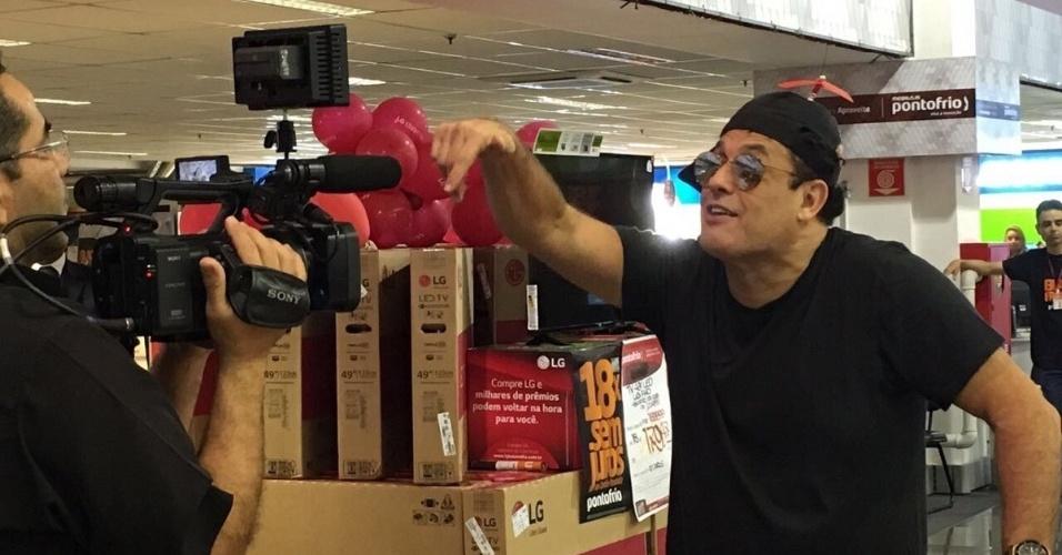 25.nov.2016 - Apresentador Sérgio Mallandro participa de ação da Black Friday organizada pela rede Pontofrio, em loja na Marginal Tietê, em São Paulo, nesta sexta-feira (25)
