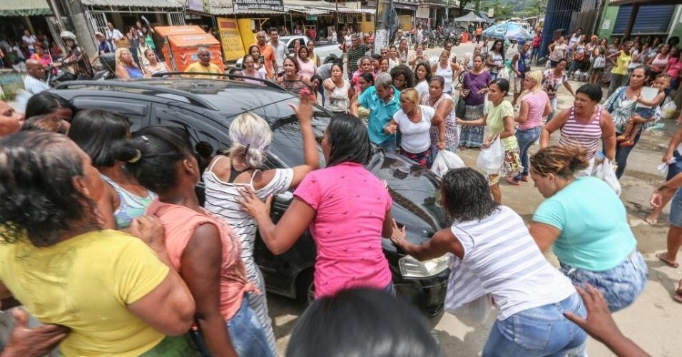 Revoltados com a impossibilidade de entrar em Bangu no período de visitas, familiares protestaram próximo ao Complexo Penitenciário de Gericino, na Zona Oeste do Rio de Janeiro