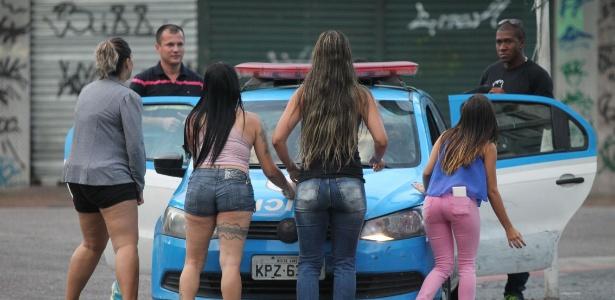 12.fev.2016 - Mulheres de policiais militares do 6º Batalhão, na Tijuca, zona norte do Rio de Janeiro, bloquearam carros que levavam PMs sem uniforme e armas no banco de trás. A intenção das mulheres era evitar que eles trabalhassem despreparados e em situação de insegurança