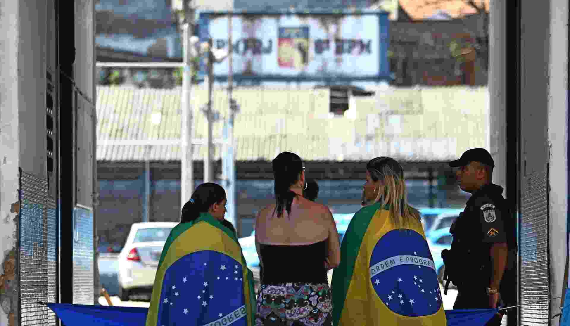 12.fev.2017 - Mulheres de policiais militares se concentram na entrada do 6º Batalhão da Tijuca, na zona norte do Rio de Janeiro. O movimento de tentativa de bloqueio dos batalhões da Polícia Militar do Rio entra no quarto dia hoje - Fábio Motta/Estadão Conteúdo