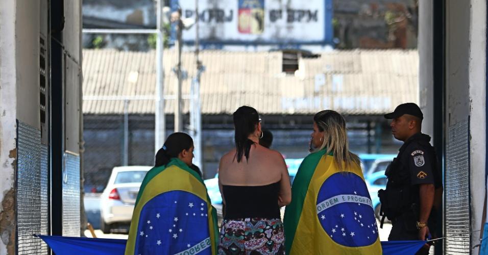 12.fev.2017 - Mulheres de policiais militares se concentram na entrada do 6º Batalhão da Tijuca, na zona norte do Rio de Janeiro. O movimento de tentativa de bloqueio dos batalhões da Polícia Militar do Rio entra no quarto dia hoje