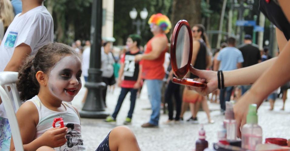 26.fev.2017 - Em meio aos festejos mais tradicionais do Carnaval, acontece neste domingo (26) mais uma edição da Zombie Walk, em Curitiba (PR). Mortos-vivos invadiram o centro da cidade e seguiram em desfile pelas ruas da região. Neste ano, o evento sofreu interferência da Prefeitura e chegou a ser cancelado por alguns dias devido a falta de autorização para ser realizado. O evento acontece no Carnaval desde 2009, segundo os organizadores