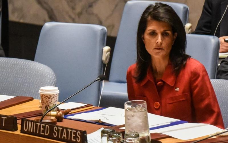 7.abr.2017 - Embaixadora dos Estados Unidos na ONU, Nikky Haley, defende os ataques à base aérea de Shayrat, na Síria, durante reunião de emergência do Conselho de Segurança das Nações Unidas