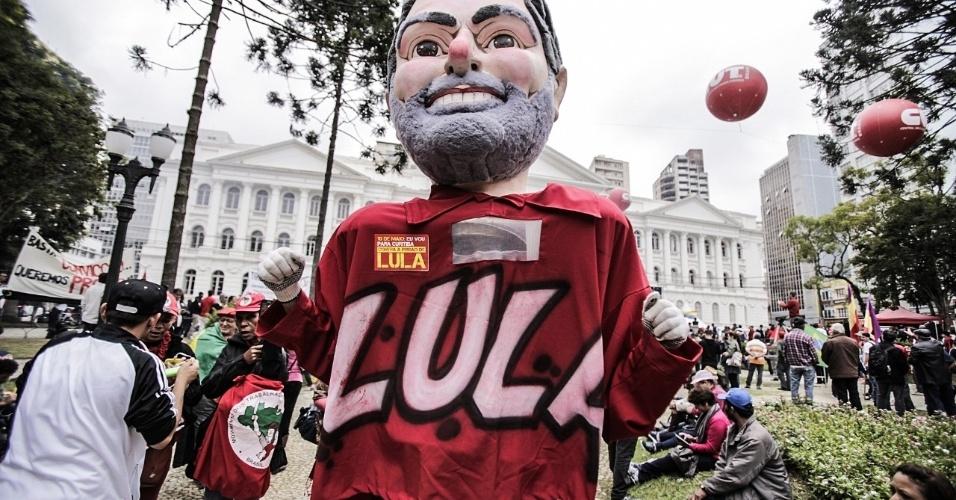 10-mai.2017 - Integrantes de movimentos sociais como o MST (Movimento dos Trabalhadores Rurais Sem Terra) e de centrais sindicais como a CUT (Central Única dos Trabalhadores) manifestam apoio a Lula no dia do depoimento do ex-presidente ao juiz Sergio Moro