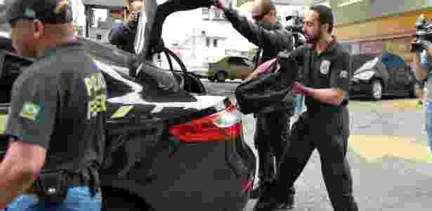 Agentes levam malotes após busca no apartamento de Altair Alves, braço direito de Cunha, na Tijuca, no Rio - Celso Pupo/Fotoarena/Estadão Conteúdo - Celso Pupo/Fotoarena/Estadão Conteúdo