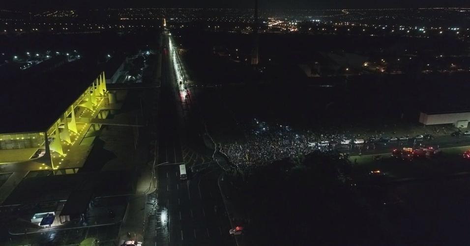 18.mai.2017 - Imagem aérea mostra manifestação que pede a renúncia de Michel Temer (PMDB) e a convocação de eleições direitas, em Brasília. Grupo saiu da rodoviária e se dirigiu até o Palácio do Planalto