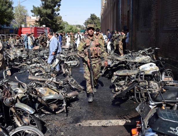 Forças de segurança afegã chegam a local em que moto-bomba explodiu, diante de mesquita em Herat, no Afeganistão