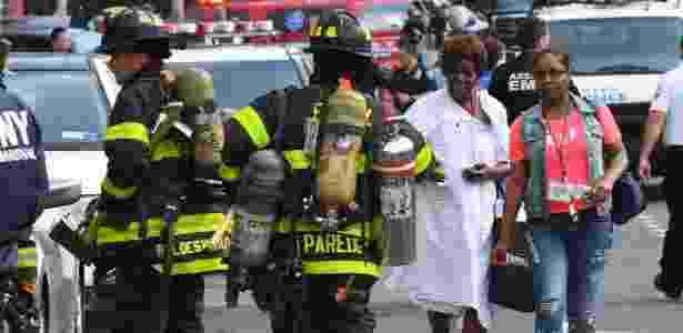 30.jun.2017 - Paciente passa por bombeiros atuando no Bronx-Lebanon Hospital, em Nova York - Timothy A. Clary/AFP - Timothy A. Clary/AFP