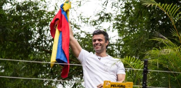 9.jul.2017 - O oposicionista Leopoldo López cumprimenta simpatizantes a partir de sua casa, onde está em prisão domiciliar, em Caracas (Venezuela)