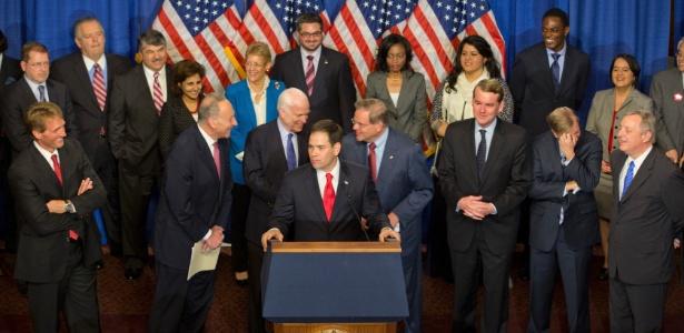 18.abr.2013 - Membros da chamada Gangue dos Oito apresentam detalhes da proposta de reforma da lei de imigração, em Washington; proposta não avançou na Câmara dos Deputados