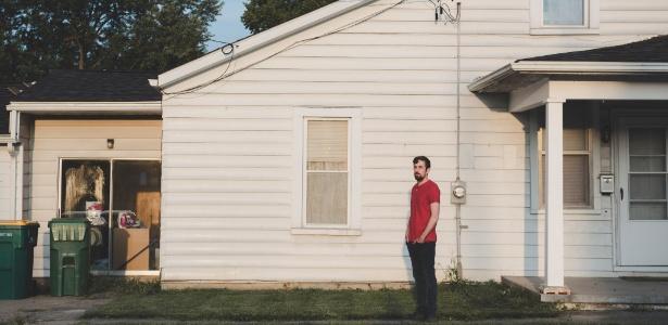28.ago.2017 - Tony Hovater em frente à sua casa em New Carlisle, Ohio, EUA