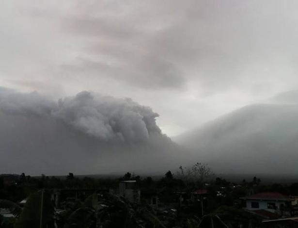 O vulcão Mayon, situado a sudeste da ilha de Luzon, a cerca de 350 km de Manila