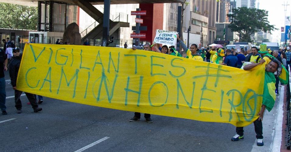 Motoristas de transporte escolar realizam protesto na avenida Paulista, em São Paulo, na manhã desta segunda-feira (28). O ato é contra o aumento dos combustíveis e em apoio à paralisação dos caminhoneiros, que entrou no oitavo dia