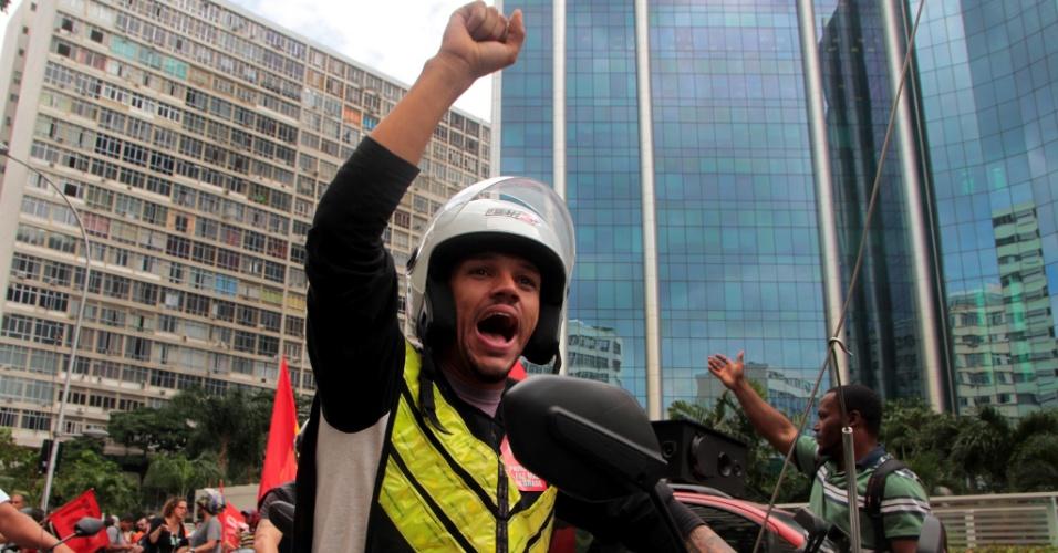 30.mai.2018 - Mototaxistas participam de manifestação dos petroleiros em frente à sede da Petrobras, no centro do Rio.