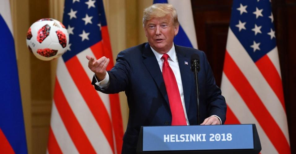 13.jul.2018 - Donald Trump atira para Melania a bola da Copa do Mundo que recebeu de presente de Vladimir Putin durante encontro dos dois líderes em Helsinque