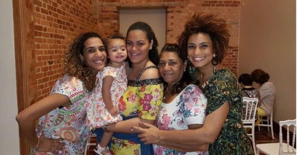 Marielle, na ponta direita, comemorando o Dia das Mães do ano passado com as mulheres da família - da esquerda para a direita, sua irmã, Anielle Silva, sua sobrinha e afilhada, Mariah, sua filha, Luyara, e sua mãe, Marinete da Silva