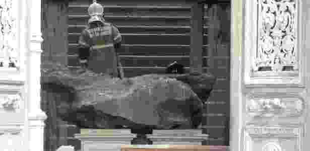 O meteorito Bendegó permanece intacto em meio aos destroços do Museu Nacional - Clever Felix/Estadão Contedúo