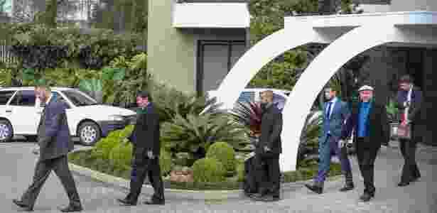 Procuradores deixam o prédio onde Richa mora, em Curitiba - Geraldo Bubniak/AGB/Estadão Conteúdo