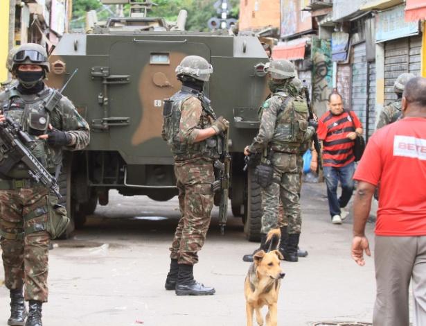 Soldados do Exército na operação do sábado no Jacarezinho, Alemão e Manguinhos - Jose Lucena/Futura Press/Estadão Conteúdo