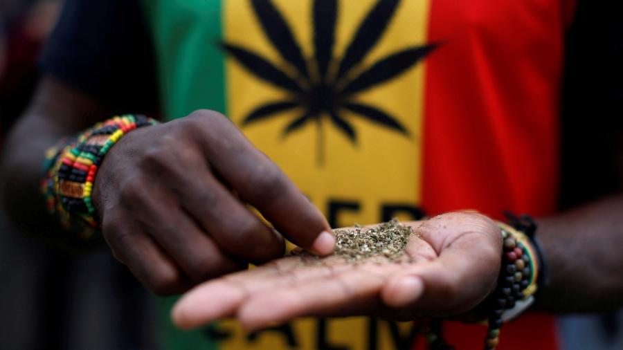 Homem durante passeata para legalização da maconha  - MIKE HUTCHINGS/Reuters
