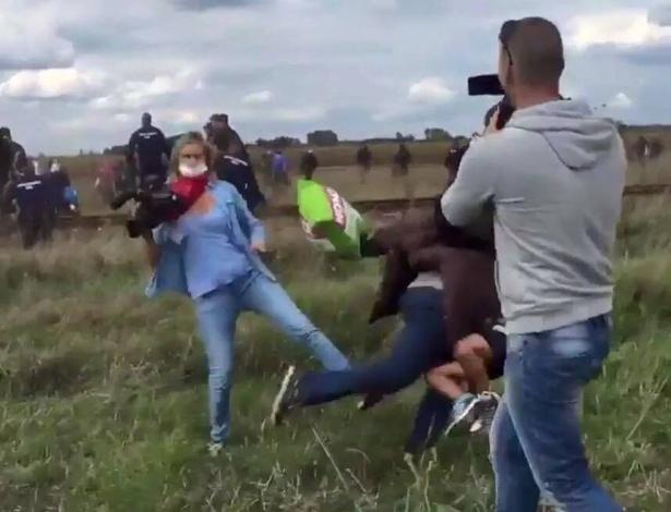 A jornalista Petra László chuta um refugiado na fronteira da Hungria com a Sérvia em 2015; repórter foi demitida, mas absolvida pela justiça húngara - Reprodução