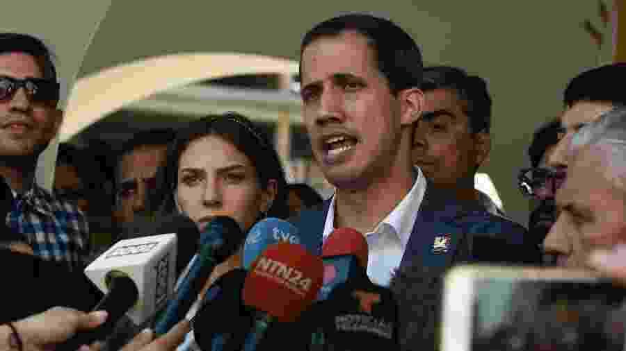 10.fev.2019 - Juan Guaidó fala com jornalistas após participar de missa em Caracas - AFP