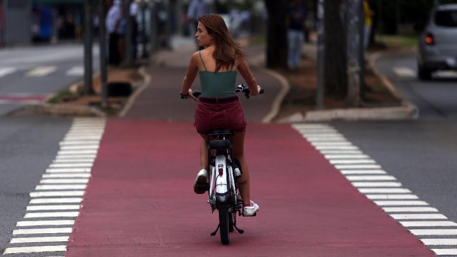Ciclista utiliza ciclovia em São Paulo: números de acidente no estado está em tendência de queda - Rahel Patrasso/Xinhua