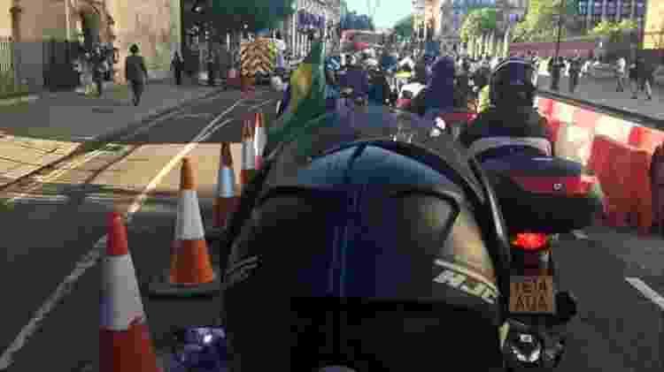 Motoboys fazem protesto nas ruas de Londres para chamar a atenção para a morte de brasileiro e para a falta de segurança - Fernanda Odilla/BBC News Brasil