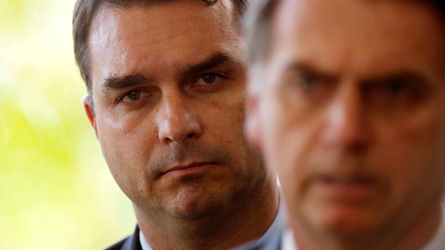 O senador Flávio Bolsonaro com o pai, o presidente Jair Bolsonaro (PSL) - Adriano Machado/Reuters