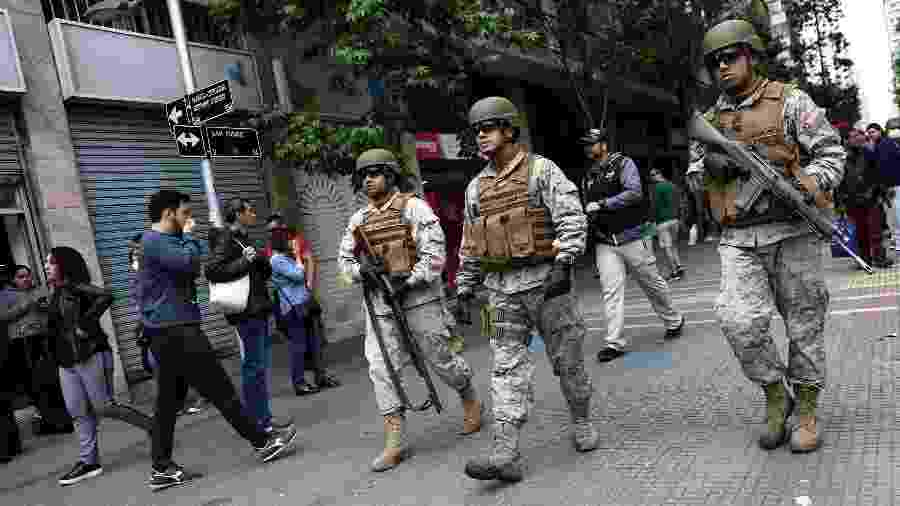 Soldados patrulham as ruas de Santiago após protestos contra aumento da tarifa do metrô - Edgard Garrido/Reuters