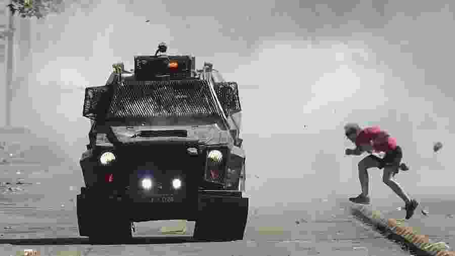 21.out.2019 - Tanque militar nas ruas de Santiago, no Chile; com estado de emergência decretado pelo presidente Sebástian Piñera, militares patrulham as ruas em meio à onda de protestos no país - Martin Bernetti/AFP