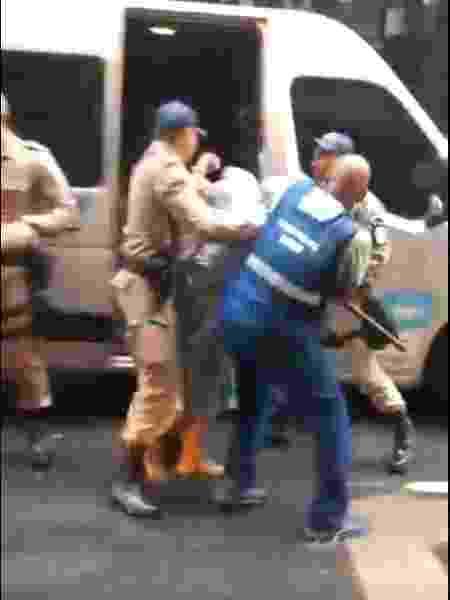 Policiais colocam ambulante em furgão particular - Reprodução