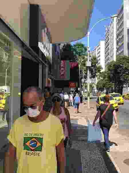 Pessoas usam máscaras nas ruas de Copacabana, zona sul do Rio - Herculano Barreto Filho/UOL