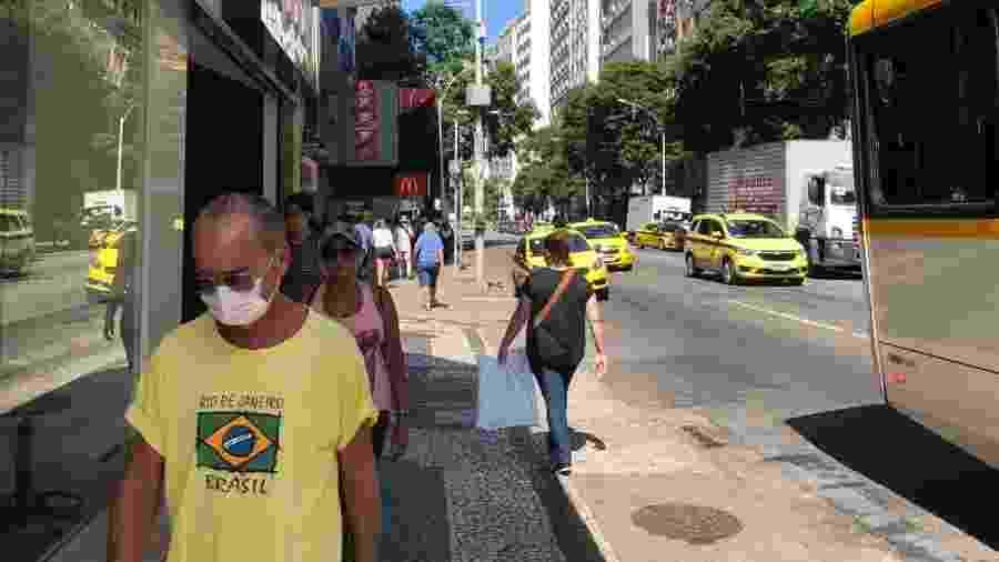 Pessoas usam máscaras para evitar contaminação pelo coronavírus nas ruas de Copacabana, zona sul do Rio - Herculano Barreto Filho/UOL