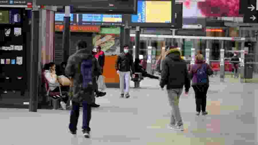 Estação de trem praticamente vazia em Paris - Pierre Suu/Getty Images