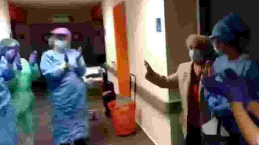 Vovó Pepita, como ficou conhecida, foi aplaudida ao deixar o hospital em Madri  - Reprodução/Youtube