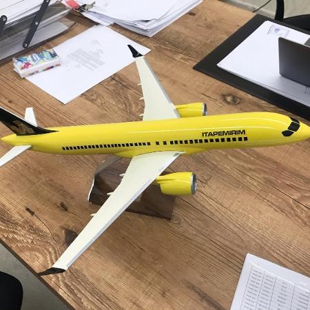 Maquete de um avião do modelo Airbus A220 com a pintura da Itapemirim - Reprodução