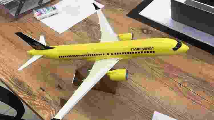 Maquete de um avião do modelo Airbus A220 com a pintura da Itapemirim - Reprodução - Reprodução