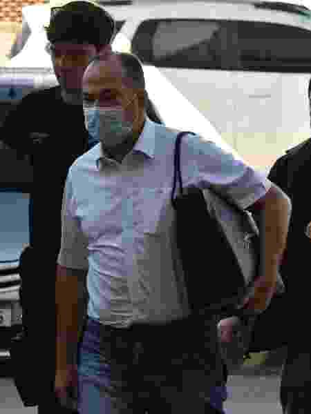 Policiais conduzem Pastor Everaldo, presidente nacional do PSC, na chegada à sede da Polícia Federal em 28 de agosto - 28.ago.2020 - Alexandre Brum/Enquadrar/Estadão Conteúdo