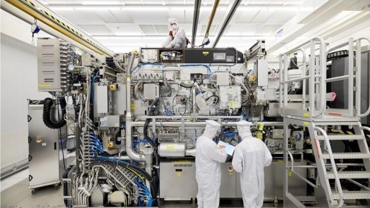 iPhone 12 e o chip de 5 nm: A máquina NX3400 da ASML tem seu interior escondido por painéis quando em uso - ASML - ASML