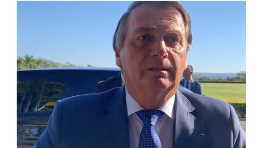Bolsonaro ao falar com admiradores nesta segunda: ele não está ameaçando desistir, mas fazer bagunça - Reprodução/Youtube