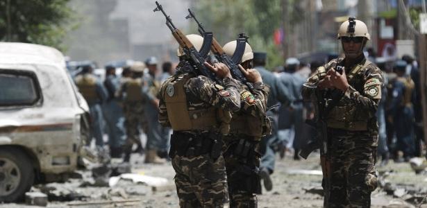 Soldados afegãos ficam de guarda no local de um ataque suicida em Cabul