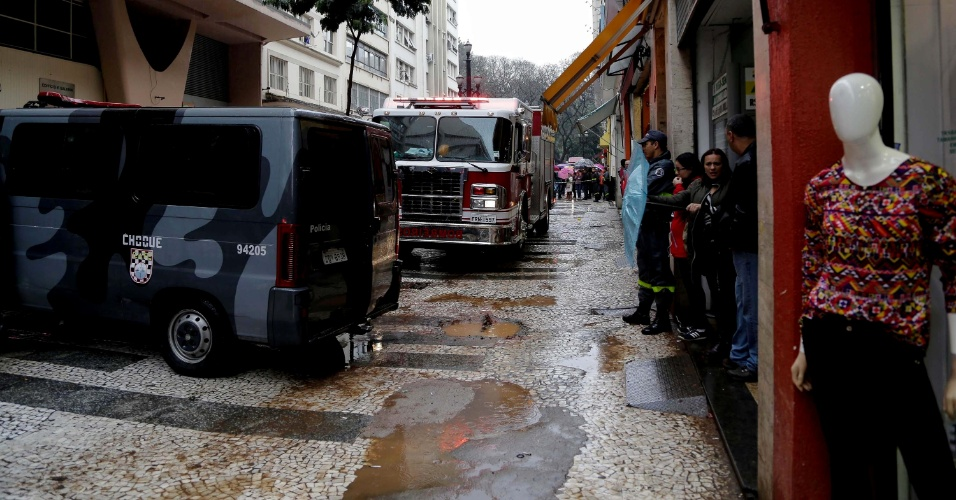 8.set.2015 - Mulher invadiu escritório de advocacia e fez duas pessoas reféns no centro de São Paulo na manhã desta terça-feira (8)
