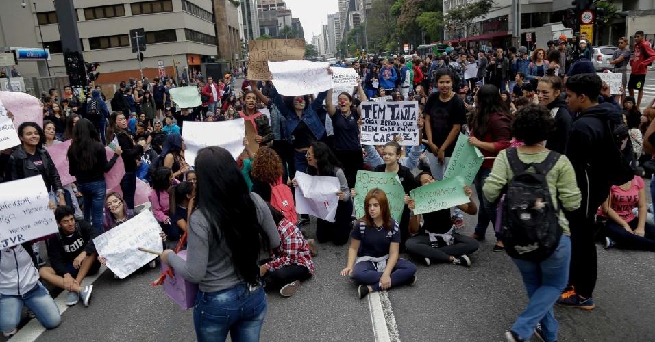 Estudantes da rede estadual de ensino de São Paulo realizaram um protesto nesta terça-feira (6) no centro de São Paulo. Durante o ato, parte da avenida Paulista foi fechada. No fim de setembro, o Governo de SP anunciou mudanças na rede, com o fechamento de unidades e salas de aula